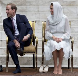 even royalty must take off their shoes. via dailymail.co.uk